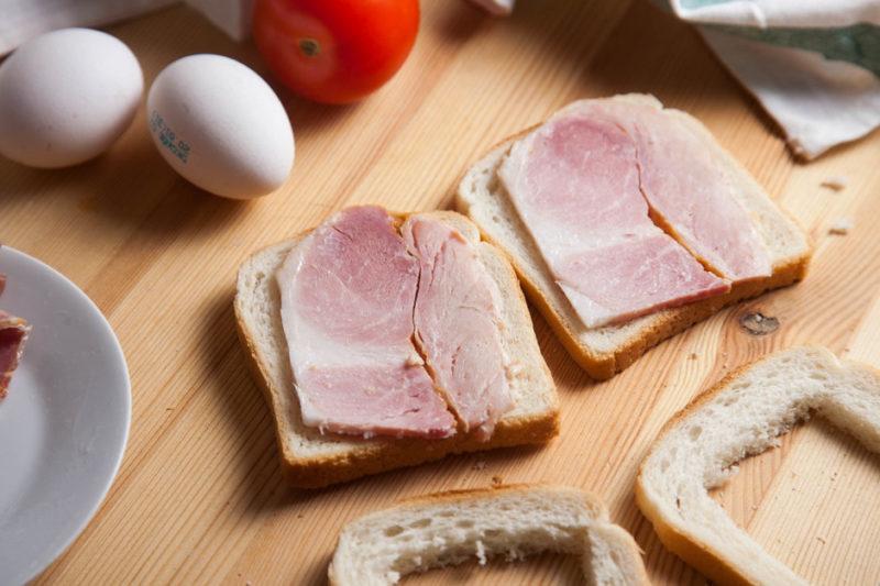 Приготовление бутербродов с ветчиной