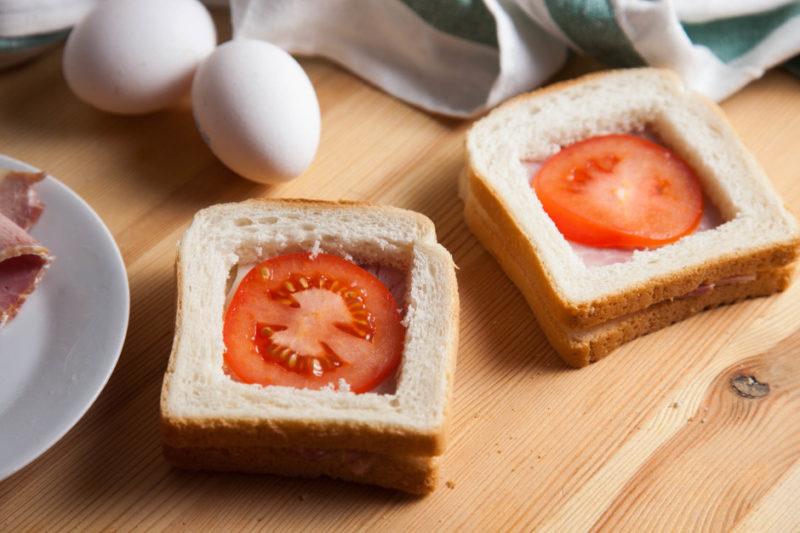 Приготовление горячих бутербродов с яйцом ветчиной и помидорами