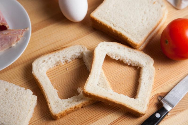 Приготовление бутербродов с яичницей