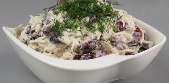 Салат с фасолью, курицей и грибами