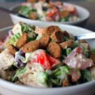 Салат с красной фасолью, курицей и сухариками