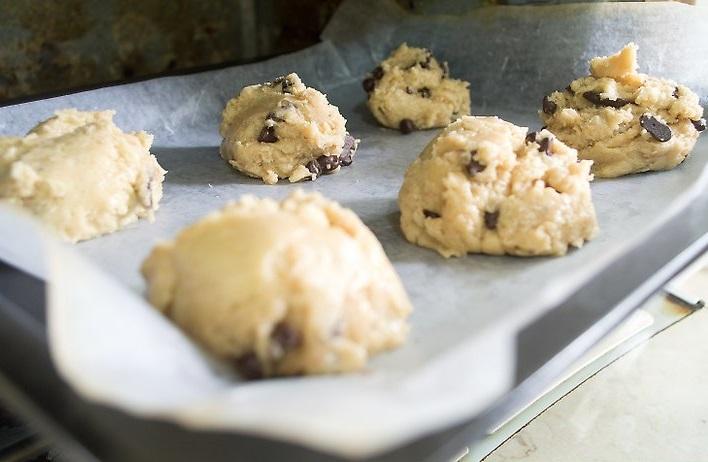 Приготовление американского печенья с шоколадными кусочками