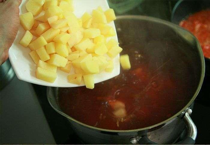 Приготовелени картофельного пюре со свеклой