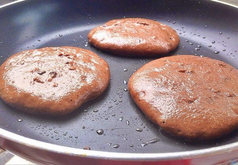 Приготовление шоколадных оладий на кефире