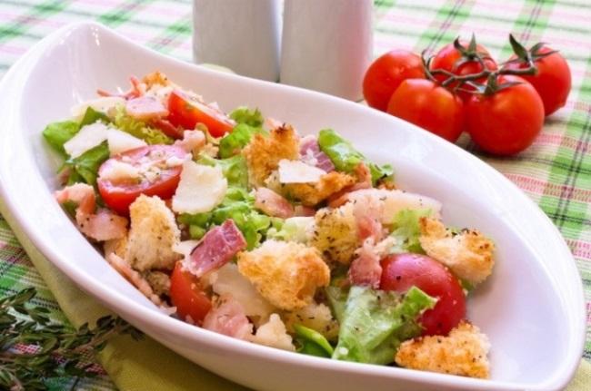 готовый салат из кабачков и помидоров с сухариками