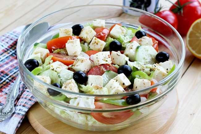 греческий салат в салатнице
