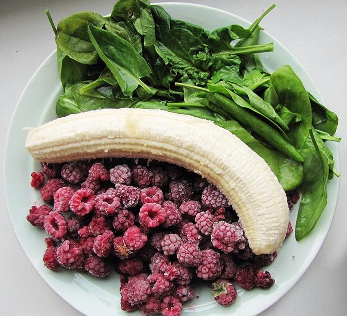 Малиново-банановый смузи со шпинатом и щавелем