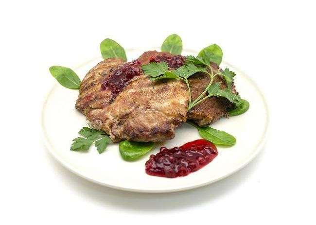 мясо гриль на тарелке