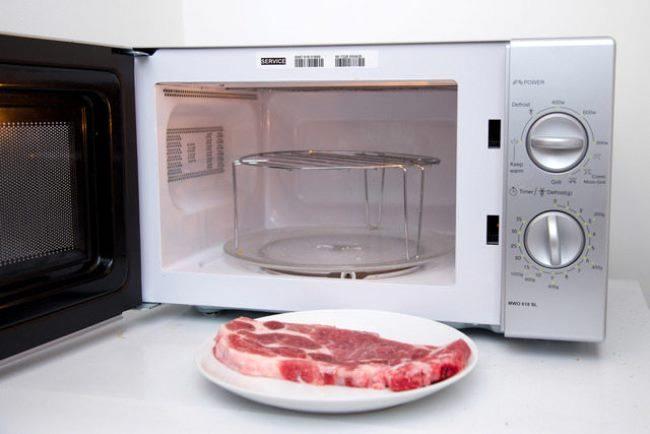 положить мясо в микроволновку