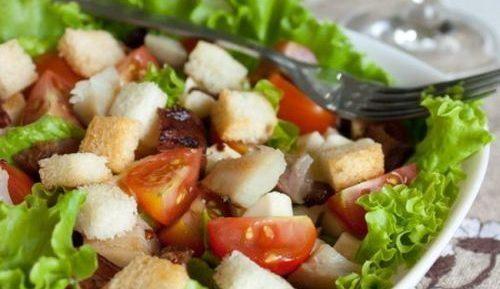 Салат из кабачков и помидоров с сухариками