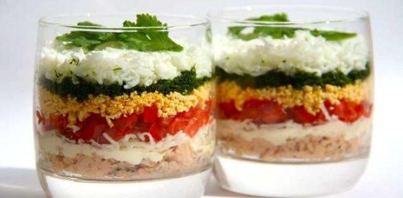 Яркий салат в креманках