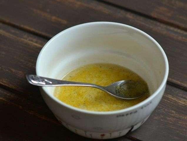 смешать масло с лимонным соком