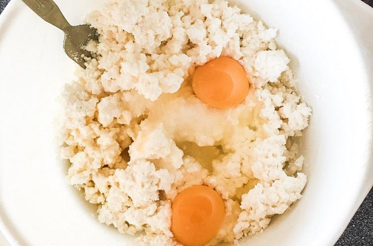 Смешиваем творог с яйцом и сахаром