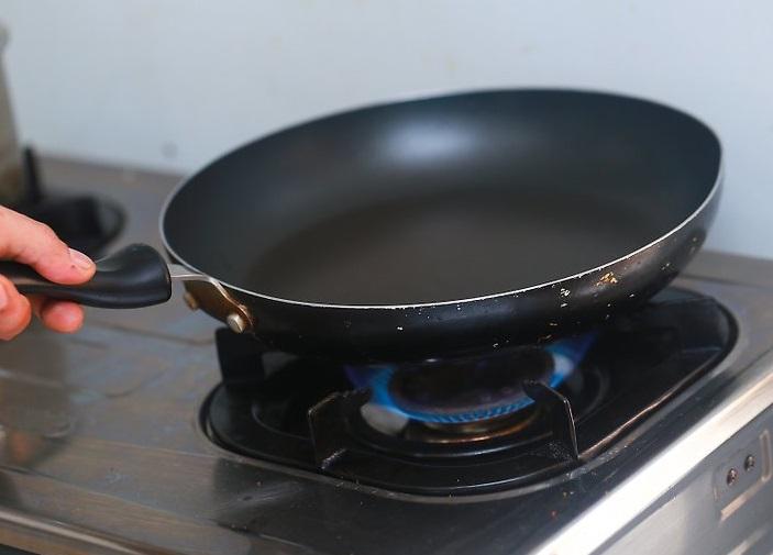 Греем сухую сковороду
