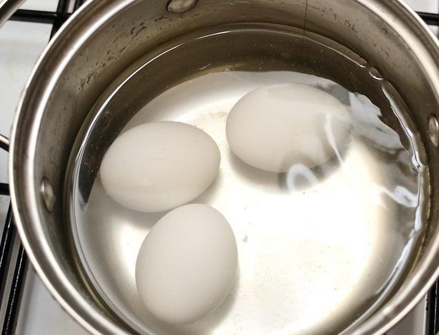 Согреваем яйца для приготовления майонеза