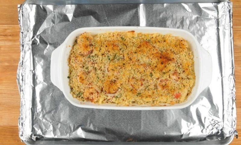 Запекана из макарон с курицей и креветками