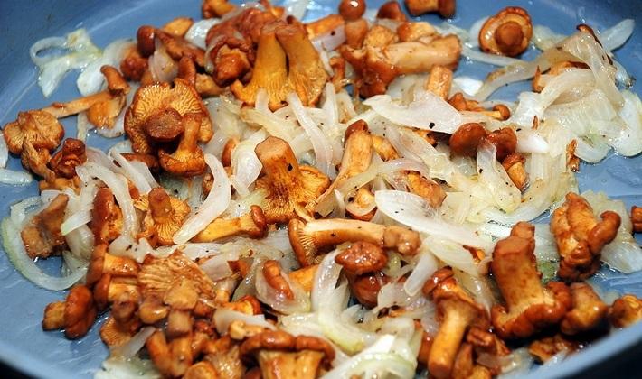 Обжариваем грибы с луком для пирога
