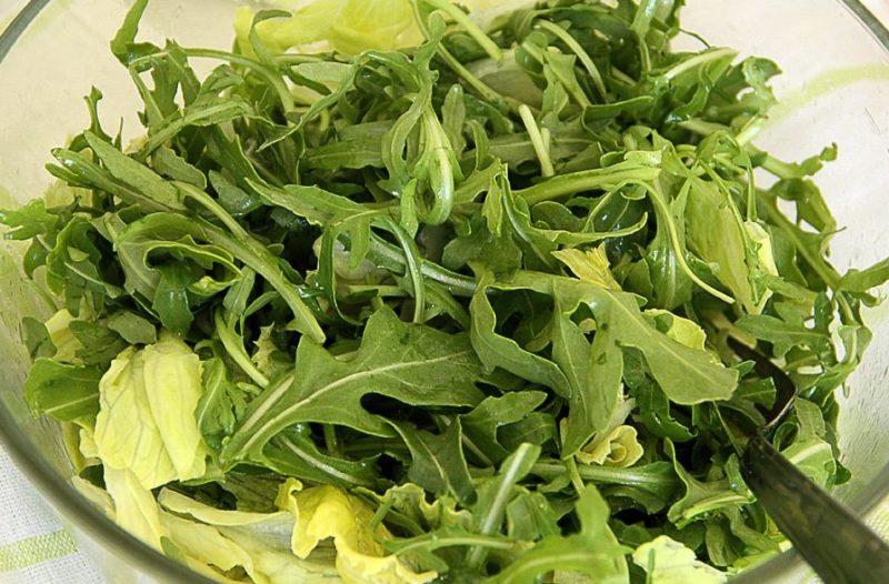 Приготовление салата с рукколой и помидорами