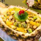 Острый фруктовый салат с сыром в ананасе