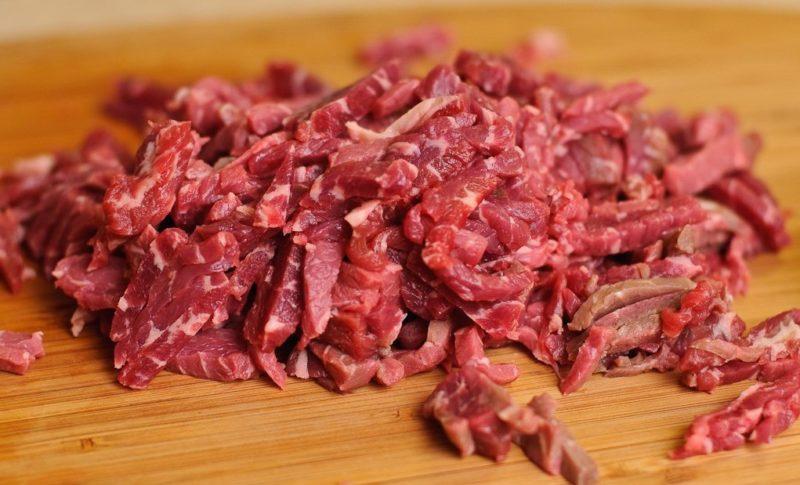 Мясо, нарезанное мелкой соломкой