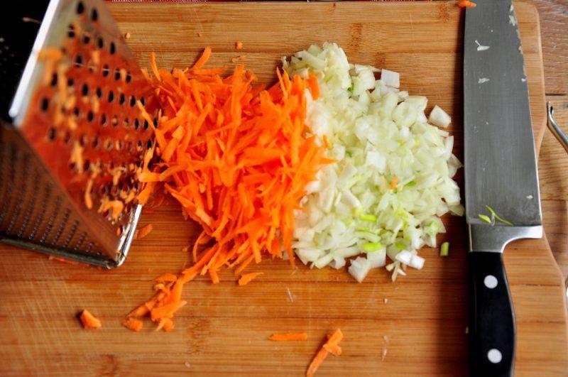 Лук кубиком и тертая морковь