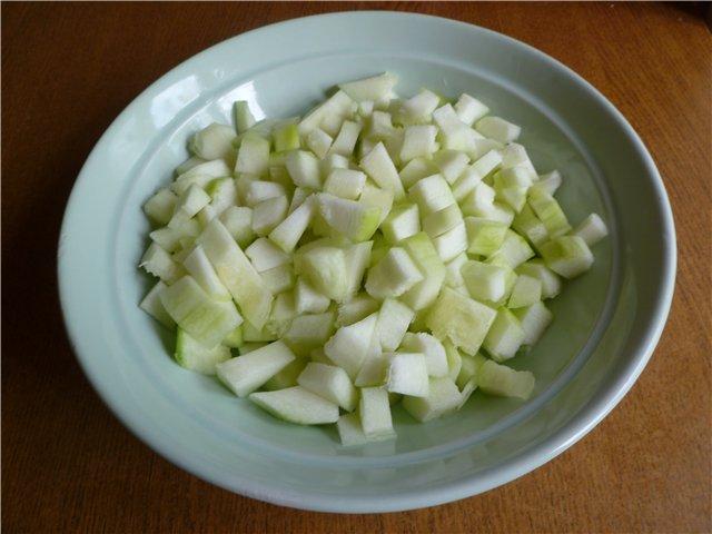 Нарезаем яблоки и патиссоны кубиком