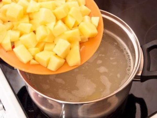 Приготовление сырного супа с картофелем