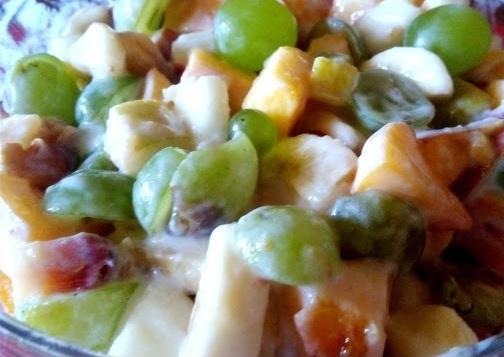 Фруктовый салат с виноградом яблоками и мандарином