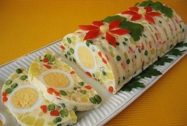 Салат в желе с яйцами, ветчиной и овощами