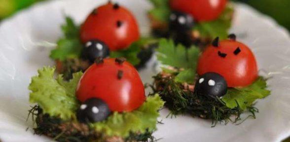 Божья коровка из помидора и оливки