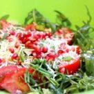 Салат с рукколой, помидорами, сыром и гранатом