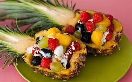 нарезка из фруктов в ананасе