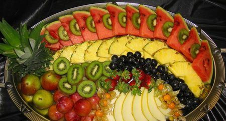 фруктовая нарезка с арбузом, дыней и ананасом