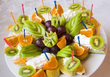 фруктовая нарезка на шпажках со сливками