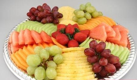 фруктовая нарезка украшенная виноградом