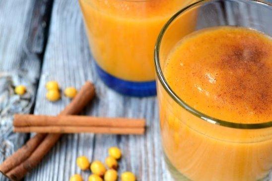 Оранжевый смузи с тыквой и облепихой