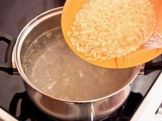 Приготовление сырного супа с рисом