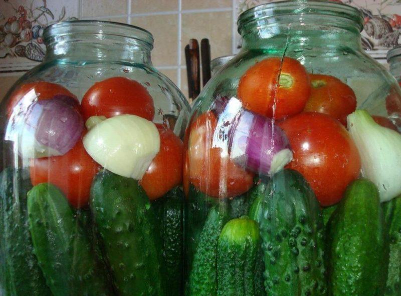 Овощное ассорти с капустой перцем огурцами и помидорами