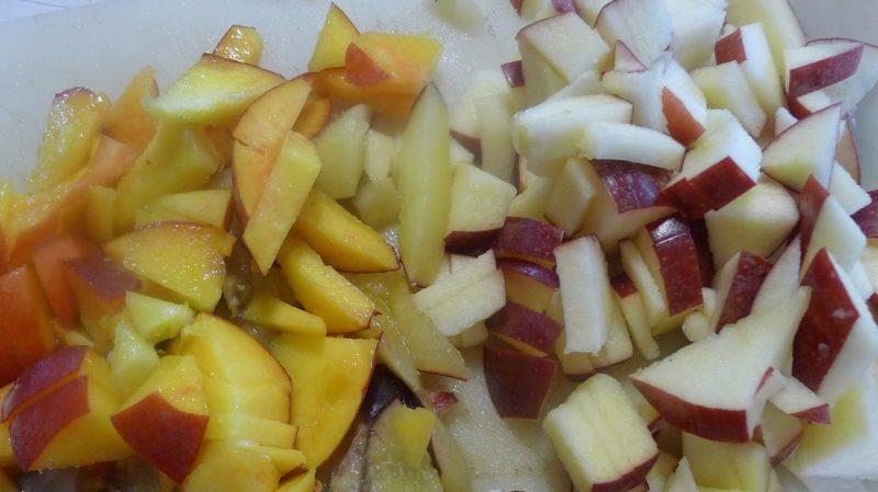 Нарезанные яблоко и персик
