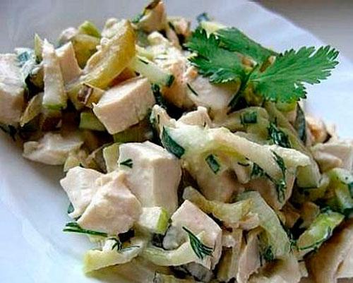 Салат с копченой курицей в виде сердца