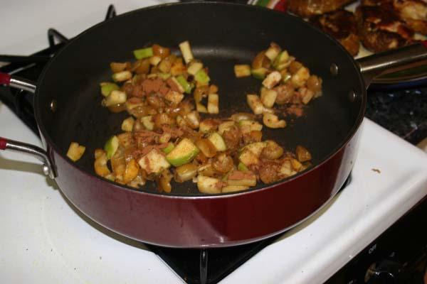 Обжариваем яблоки на сковороде