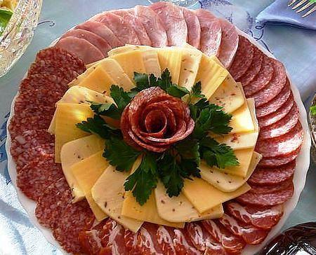 колбасная нарезка с розой из колбасы