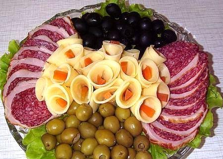 колбасная нарезка с оливками и сыром
