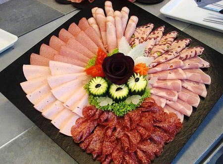 колбасная нарезка на квадратном блюде