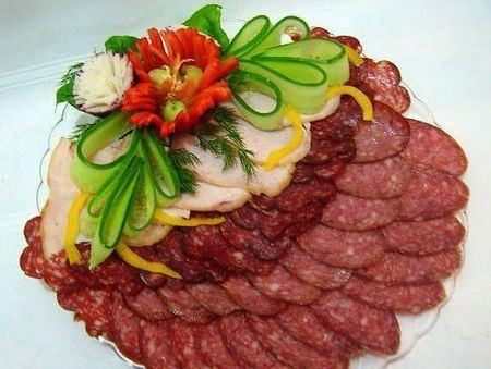 колбасная нарезка с украшением из овощей