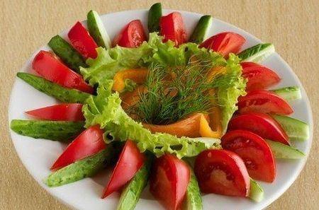 овощная нарезка из болгарского перца, помидоров и огурцов