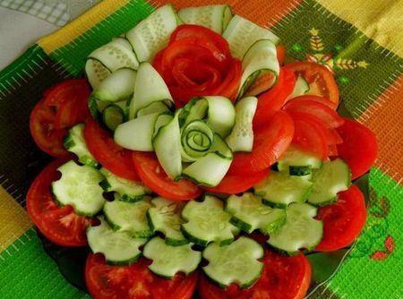 овощная нарезка с цветами из помидоров и огурцов