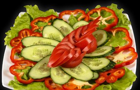 овощная нарезка на квадратной тарелке