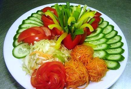 овощная нарезка с гнездами капусты и моркови