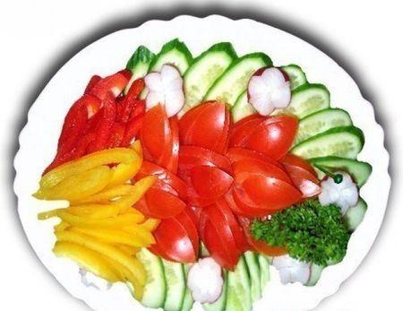 овощная нарезка из огурцов, помидоров и перца